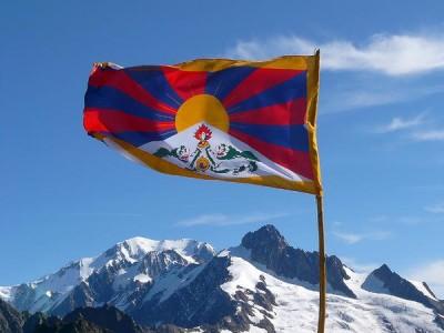 bandiera del tibet-torce umane-autoimmolazione-monaci-Tibet-Aref international onlus