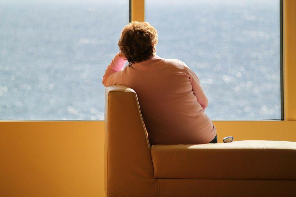 donna guarda fuori la finestra
