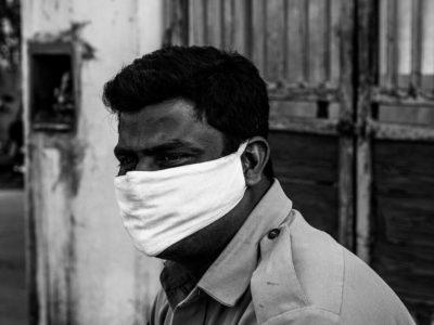 indiano con mascherina contro coronavirus